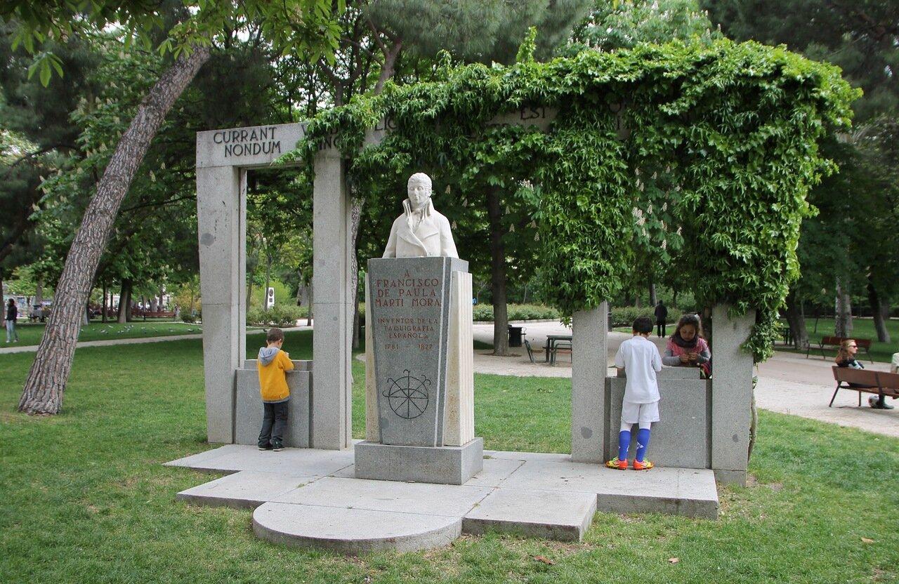 Мадрид. Парк Буэн Ретиро. Памятник Франсиско-де-Паула-Марти-Мора (Francisco José Buenaventura de Paula Martí y Mora