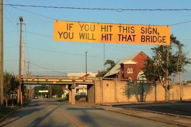 Знак «Если вы дотронетесь до этого знака, вы ударитесь об этот мост».