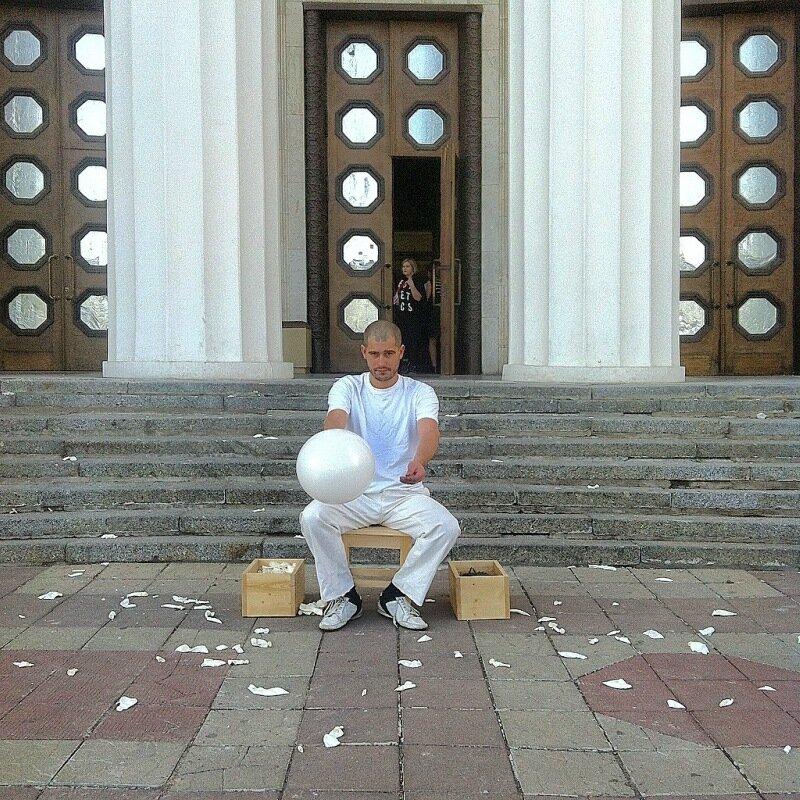 """Перформенс Андрея Кузькина """"Шарики и гвоздики"""""""