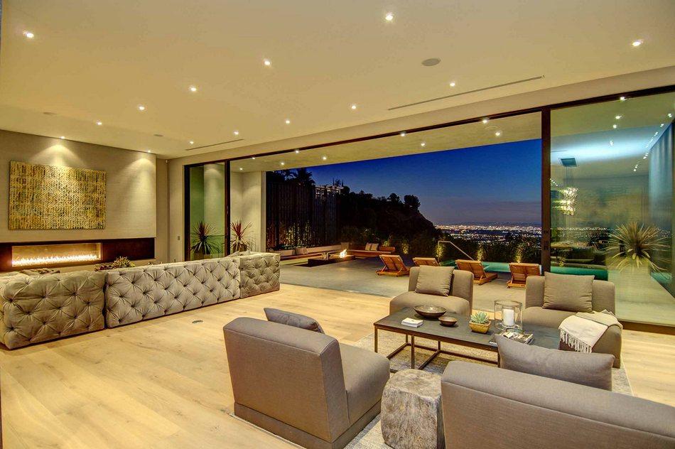 Захватывающий вид на Лос-Анджелес из окон одноэтажного особняка