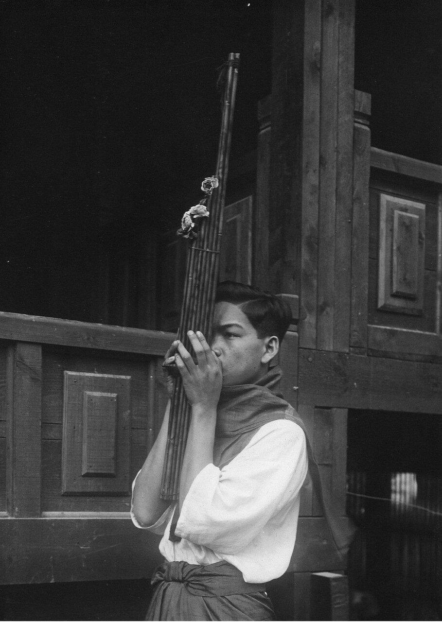 Лаос. Участник хен-оркестра, исполнитель на малом хене