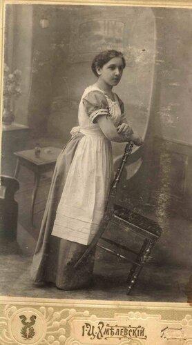 <a target='new' href='http://img-fotki.yandex.ru/get/9218/97867398.17/0_900e8_bd51aa85_XXXL.jpg'>Из письма Цема Т.Ф.: «г. Полтава, 1912 г. На этой фотографии моя мама, дочь Комисарова О.И., Анна Осиповна (ей 21 год).</a>