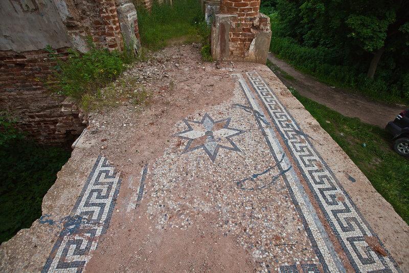 Остатки мозаичного пола на балконе дворца на Наре