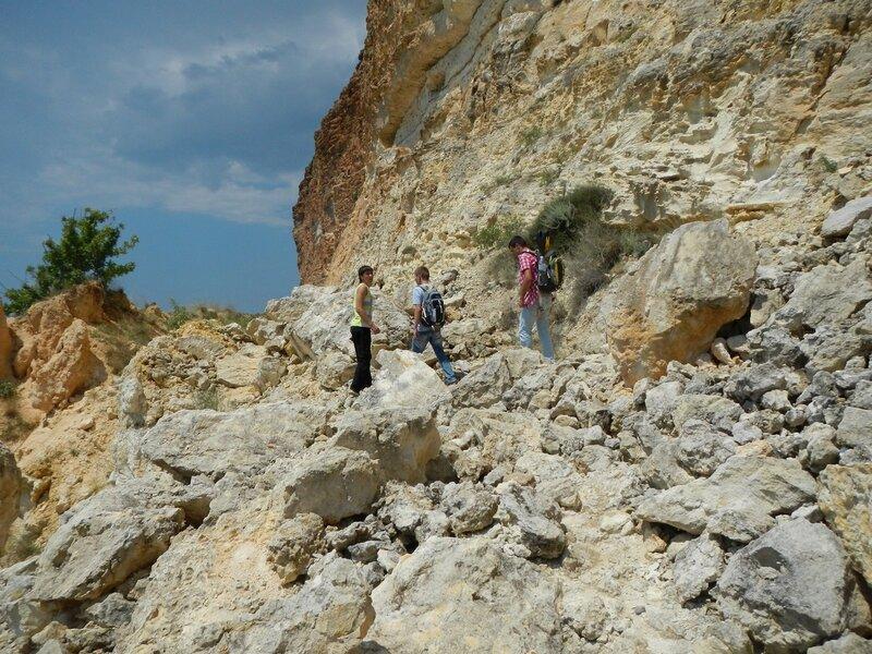 Тропа на Фиолентский пляж через обвалы камней