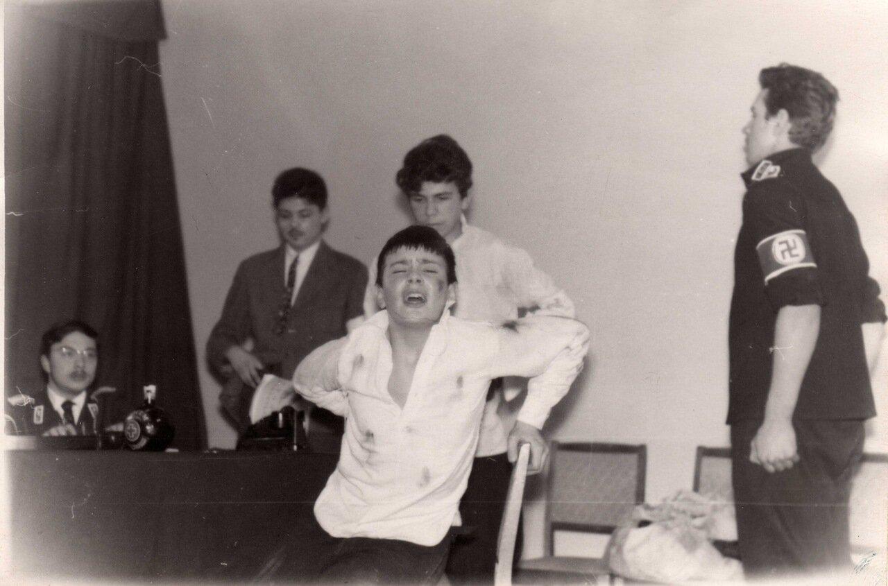 Сцена из «Молодой гвардии» Фадеева в постановке Никиты Михалкова на сцене школьного театра. 20-я спецшкола (с английским языком) во Вспольном переулке г. Москвы. 1961 г.