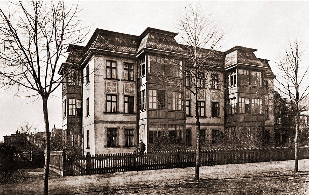 Дом на Бахнштассе