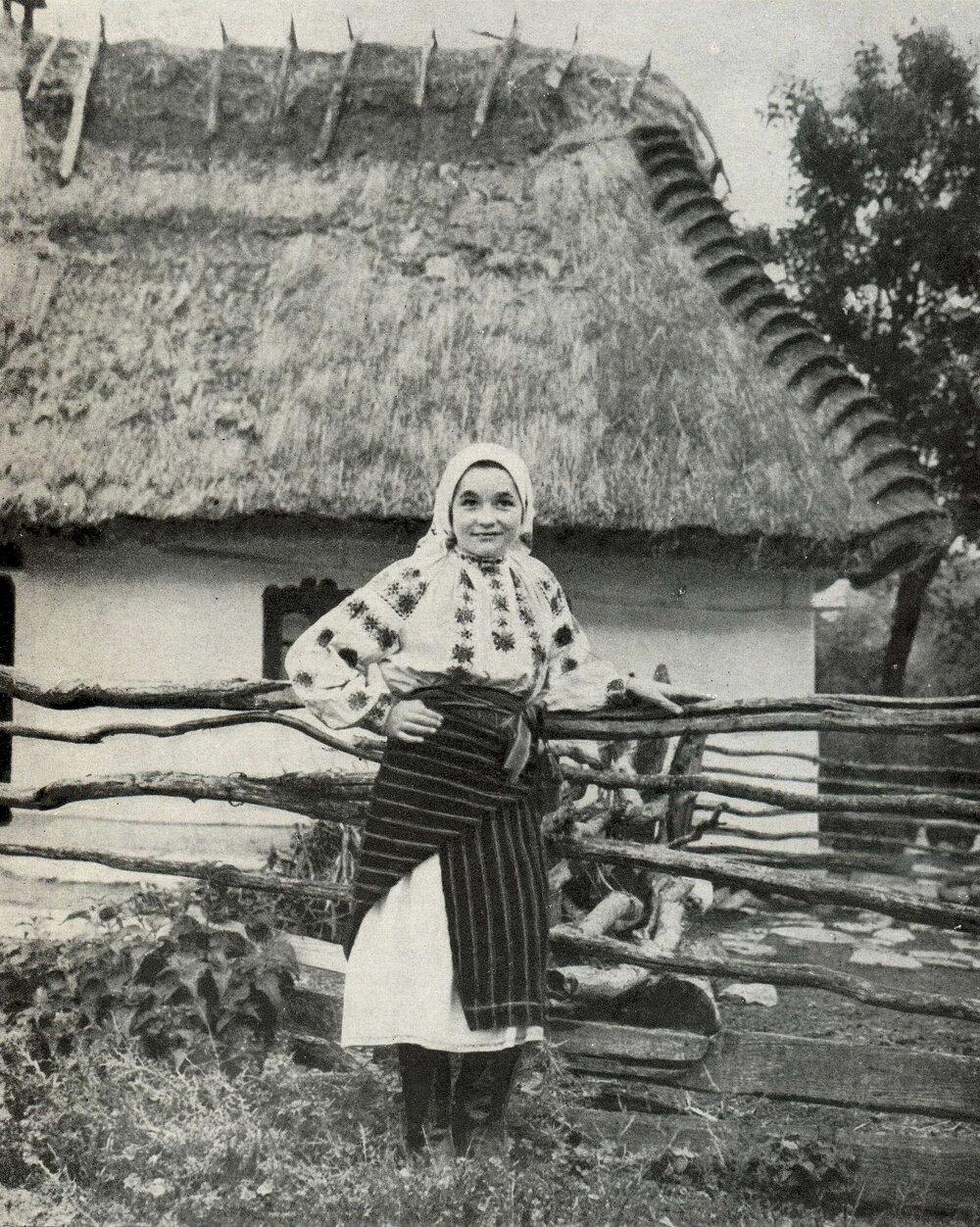 Женщина в летней одежде. Село Гораев Старо-Ушицкого р-на Хмельницкой обл. Фото 1957 г.