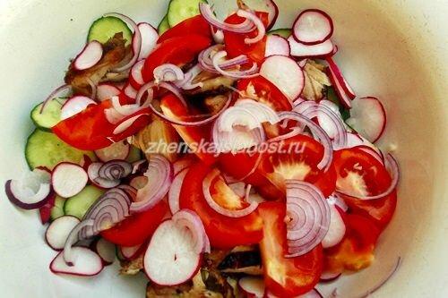 лук в салате с курицей