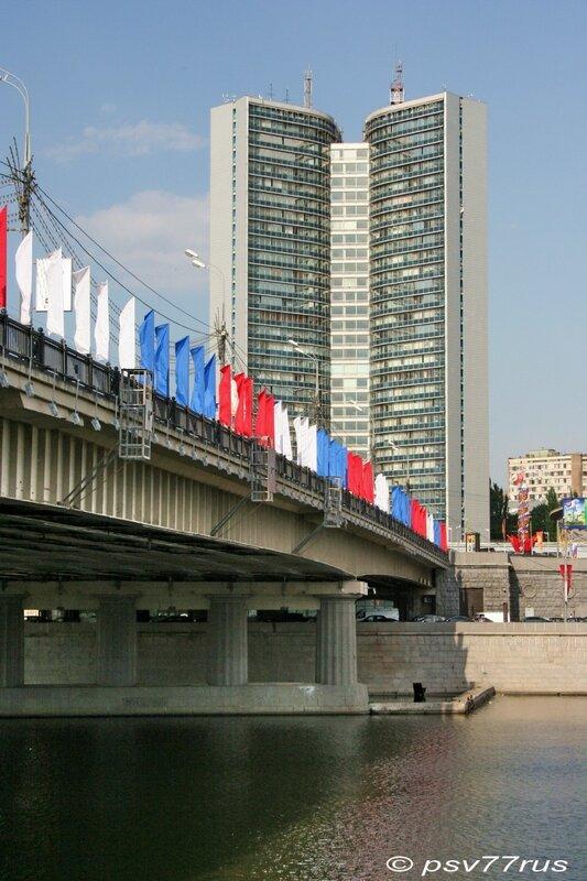 Бывший СЭВ и Новоарбатский мост.