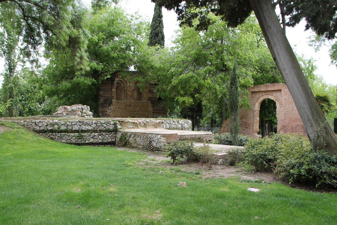 Мадрид. Парк Буэн Ретиро. Руины часовни Сан-Исидоро