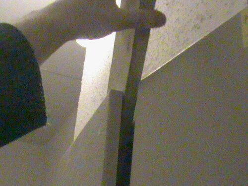 Фото 6. Вторая (удачная) попытка дотянуться до вводного автомата квартиры с помощью доски. Свет в квартире появился.