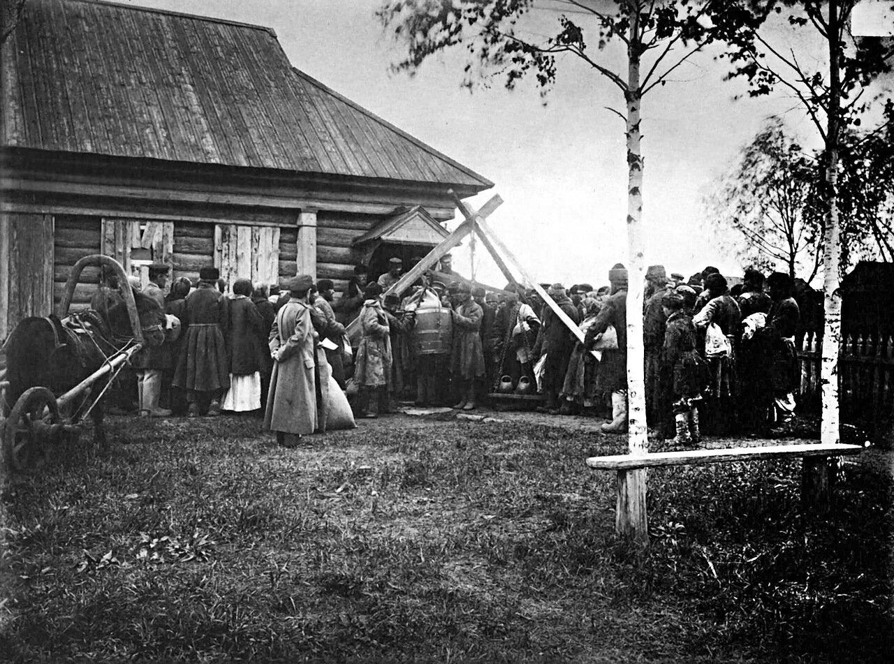Раздача хлеба в ссуду крестьянам в городе Княгинине. 1891-1892 гг.