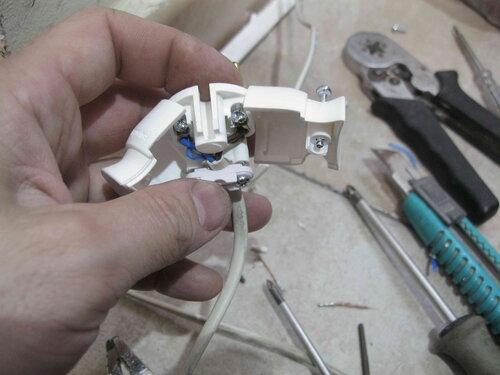 Фото 24. Присоединение проводов первичной цепи системы 12-вольтного освещения к новой вилке.