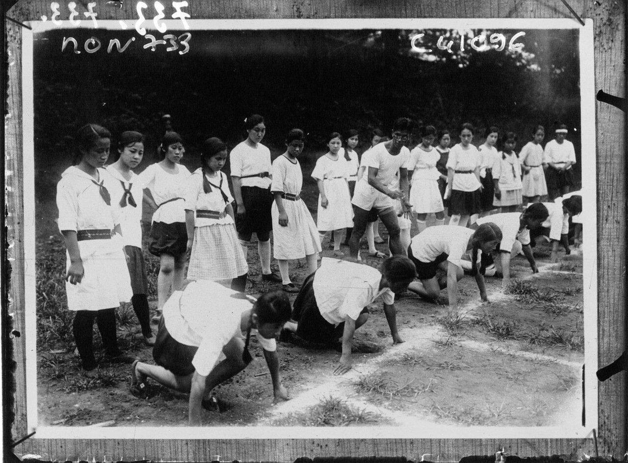 Занятия физкультурой среди школьниц