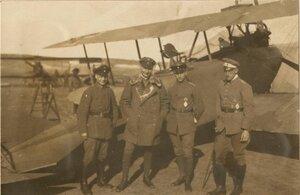 Четыре немецких летчиков возле биплана