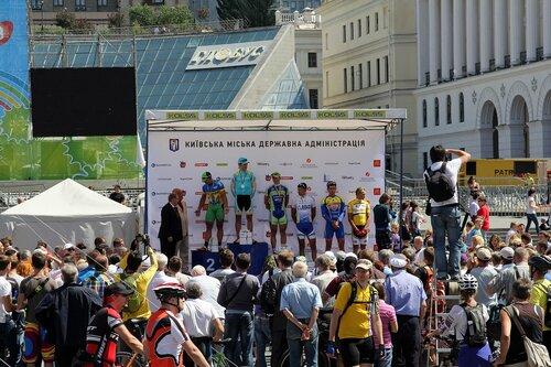 Награждение победителей велогонки на Крещатике (Киев)