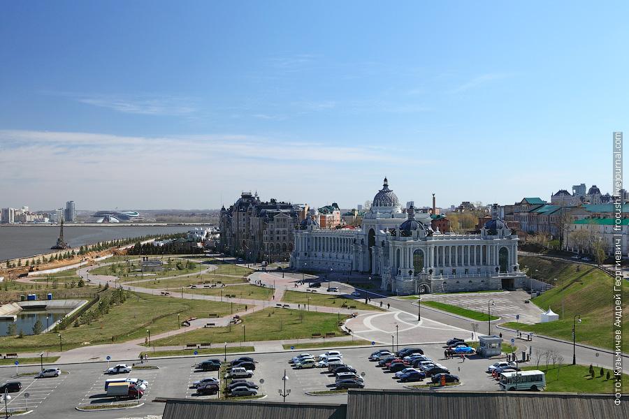 На переднем плане здание министерства сельского хозяйства и продовольствия Республики Татарстан, за ним жилой комплекс «Дворцовая набережная»
