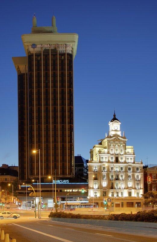 Ночной Мадрид. Площадь Колумба (Plaza de Colón). Башни Колумба (Torres de Colón)