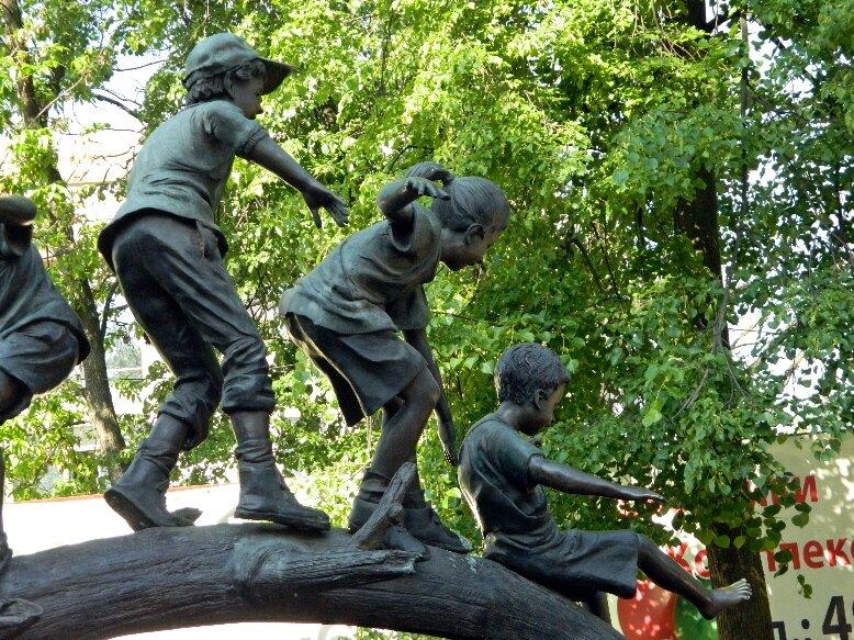 Памятник детям, веселящимся на природе