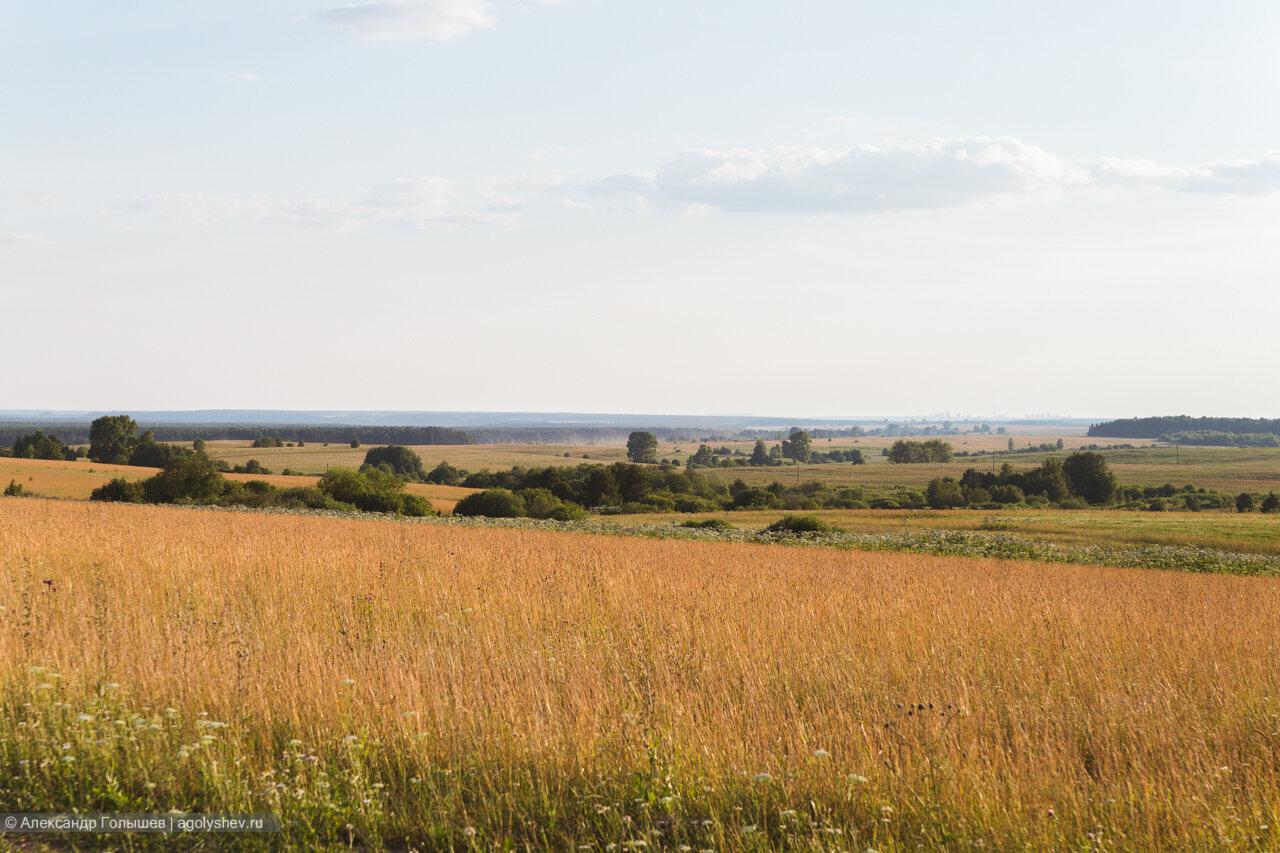 справа вдалеке Киров