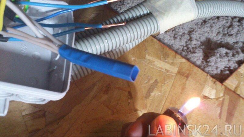 нагреваем термоусадочную трубку феном или зажигалкой