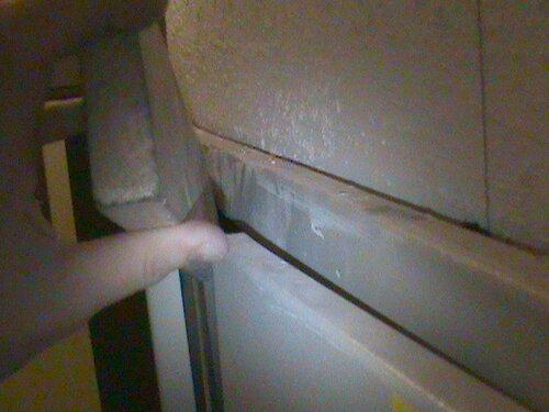 Фото 20. Для включения автоматов в этажном щите пришлось опять воспользоваться доской. Доска - просто незаменимый инструмент!