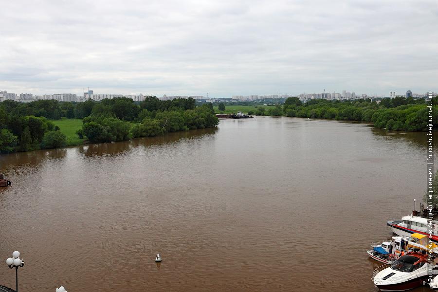 Из-за поворота Москвы-реки показался «Речной 21» с пустой баржей