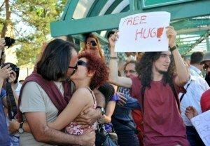 Экстремисты зарезали человека за публичный поцелуй