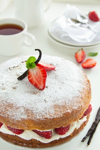 Cake with cream and strawberries.