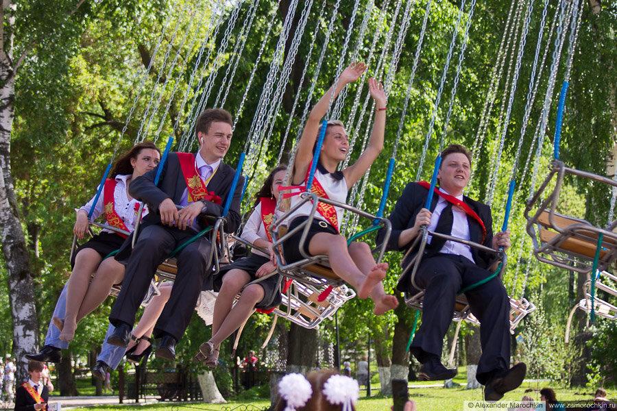 Выпускники на карусели в парке. Последний звонок в Саранске