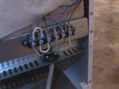 Фото 12. Контактная группа электроплиты. Штатные перемычки, применяемые при однофазном подключении, утеряны (вместо них использован провод ПВ 1). Тем не менее, причина короткого замыкания находится вне контактной группы.