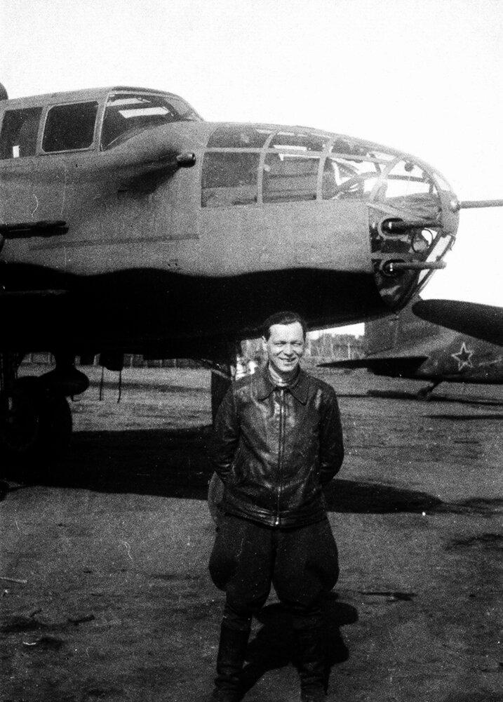 На аэродроме в Якутске у американского бомбардировщика В-25 «Митчел», 1944 г.