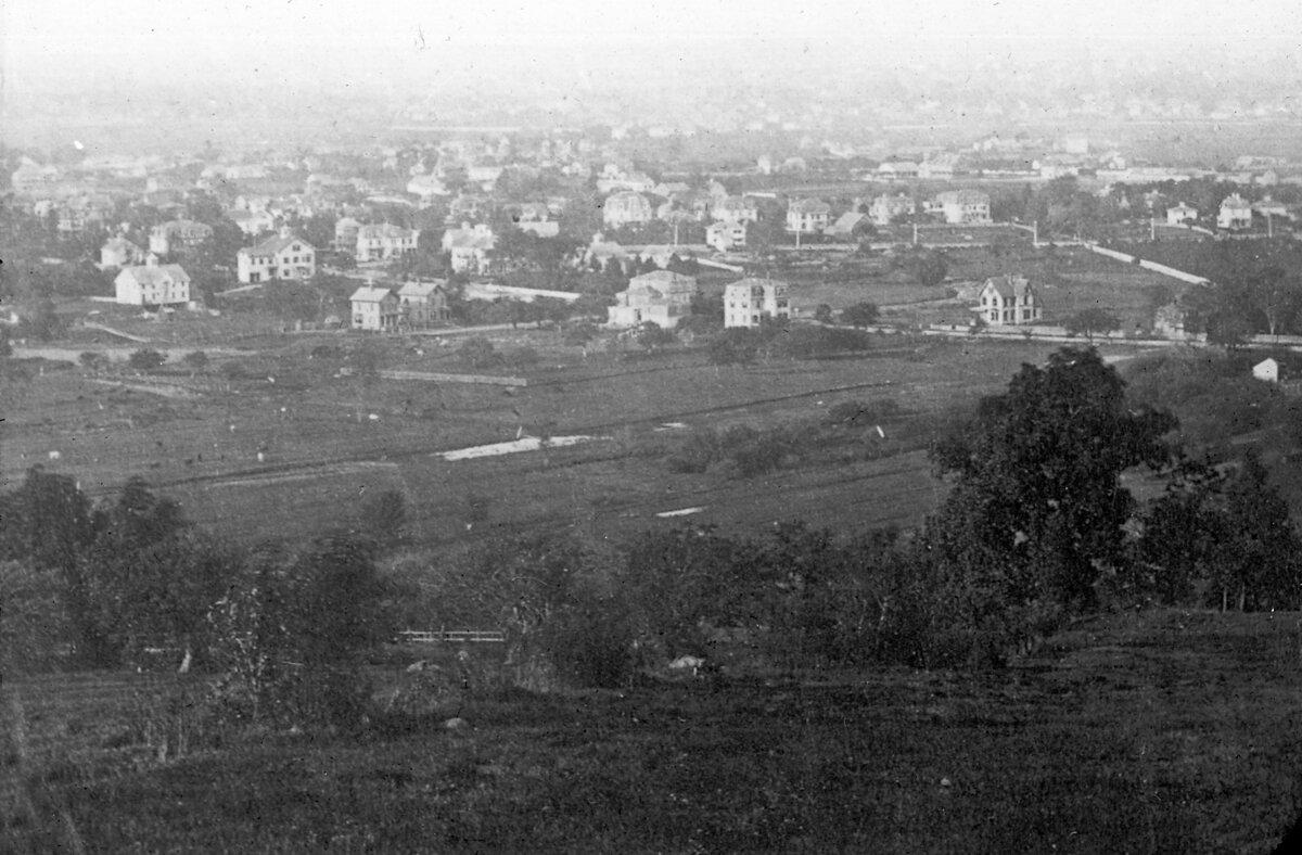 1876. Вид на дорогу и Олстон Кори Хилл
