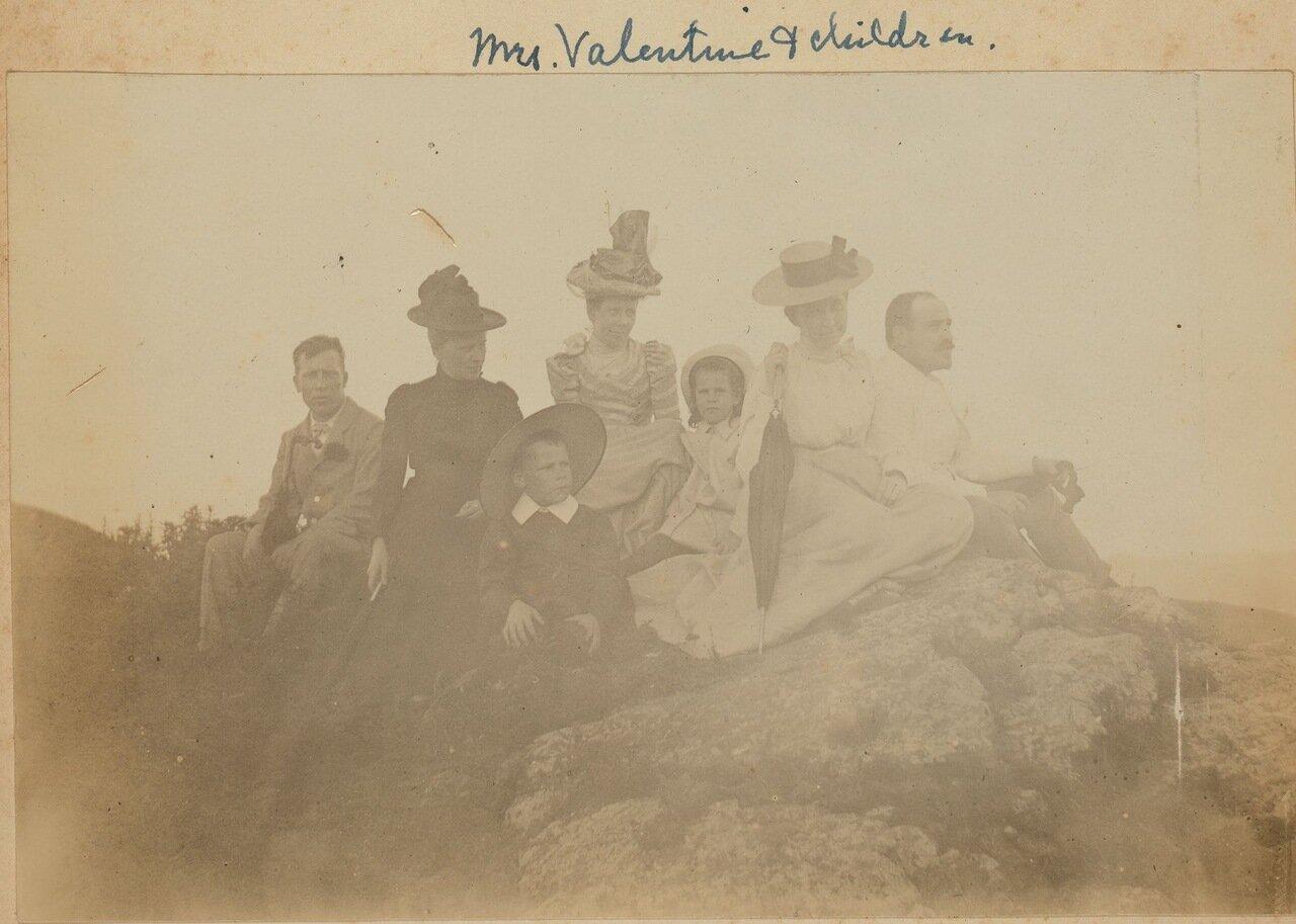 Г-жа Валентайн с детьми на вершине Орлиного гнезда. Владивосток. 1899