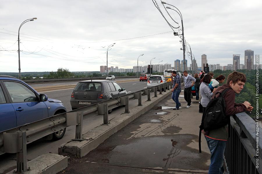 Различные зеваки, включив аварийку, бросали свои авто на Строгинском мосту и шли смотреть на сидящий поперек Москвы-реки «Волго-Дон 201»