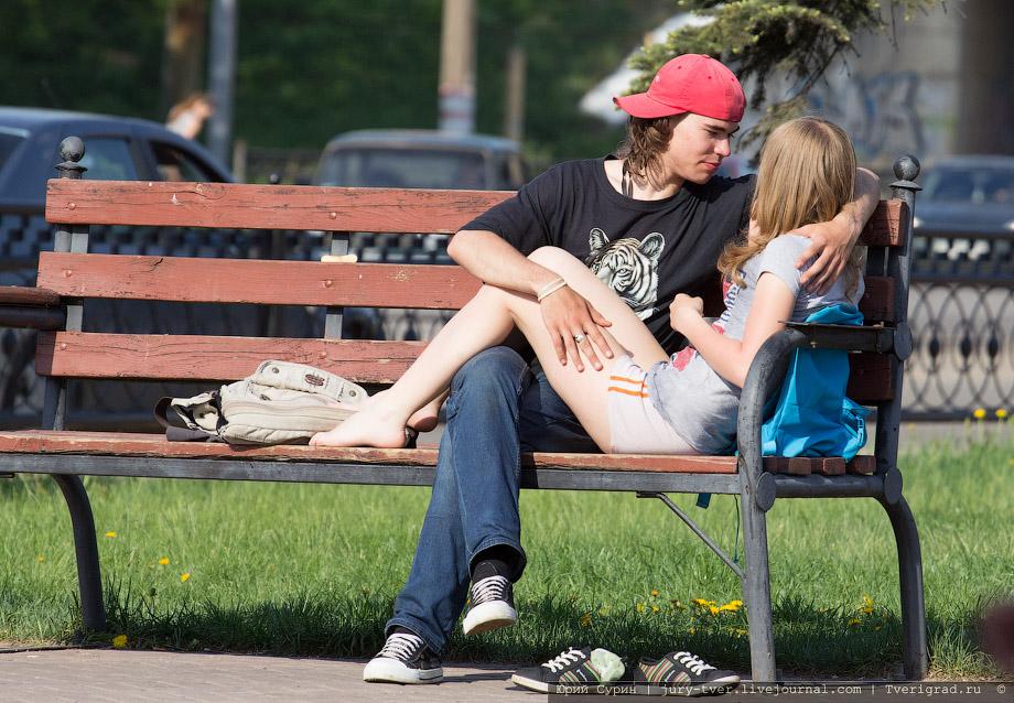 Смотреть фото девушки сидят на лавочке фото 676-496