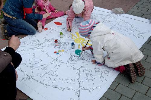 Дети раскрашивают баннер