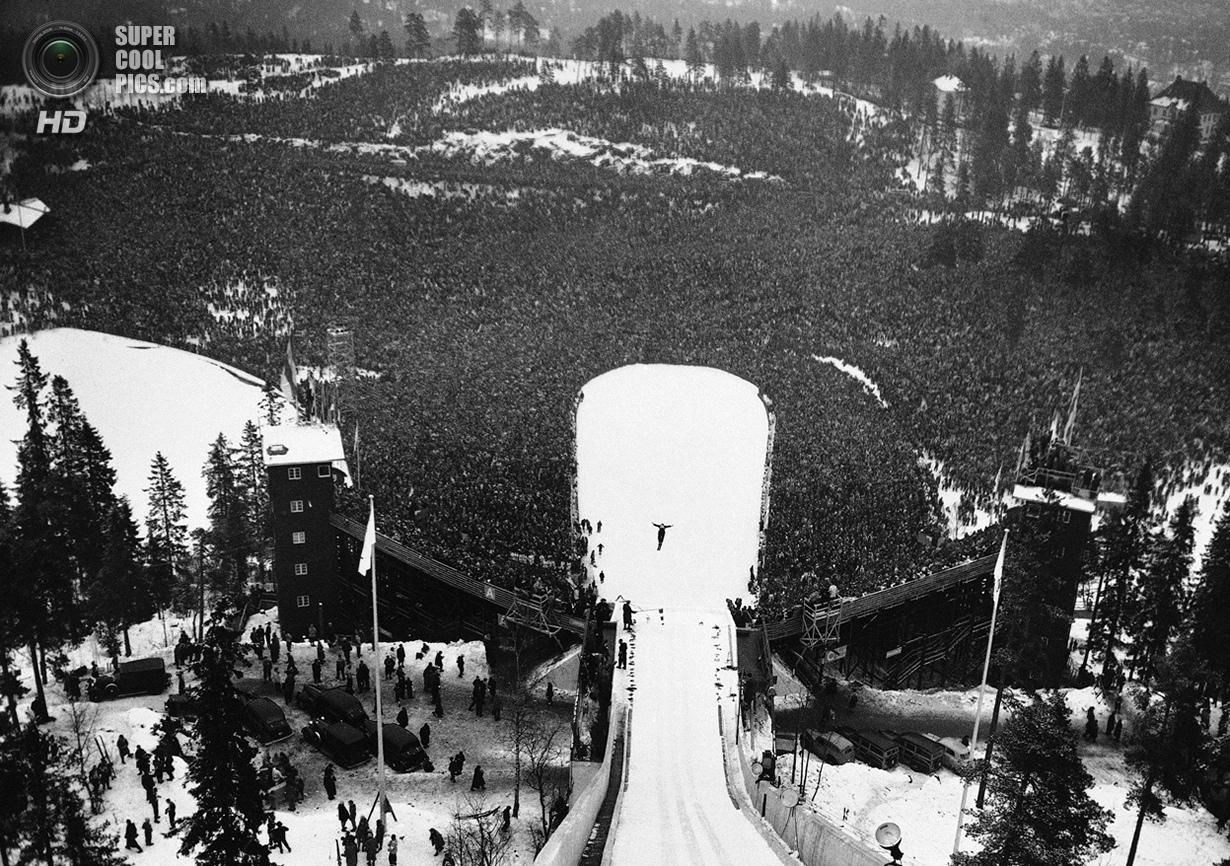 Норвегия. Осло. 24 февраля 1952 года. Тысячи зрителей наблюдают за прыжком Арнфинна Бергманна из Нор