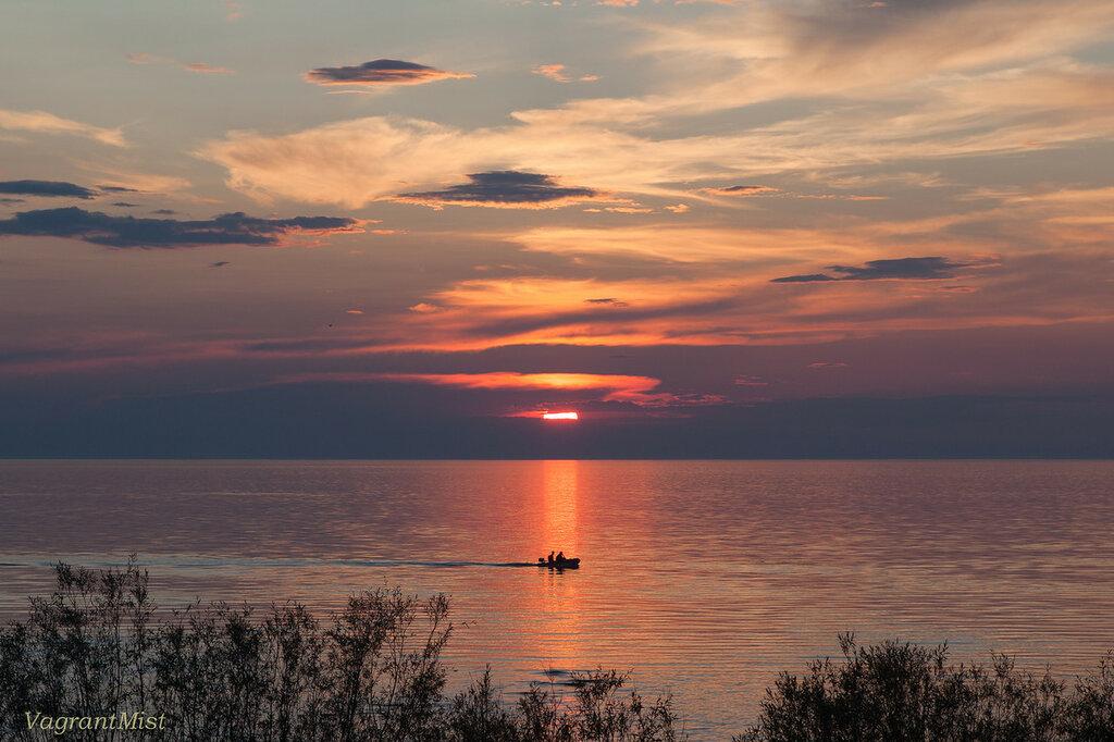 Лодка на озере в закатном солнце