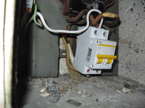 Фото 24. Общий двухполюсный автомат. Вид спереди и несколько сбоку. Видно, что из-за недостаточной длины магистральных проводов DIN-рейку установить невозможно.
