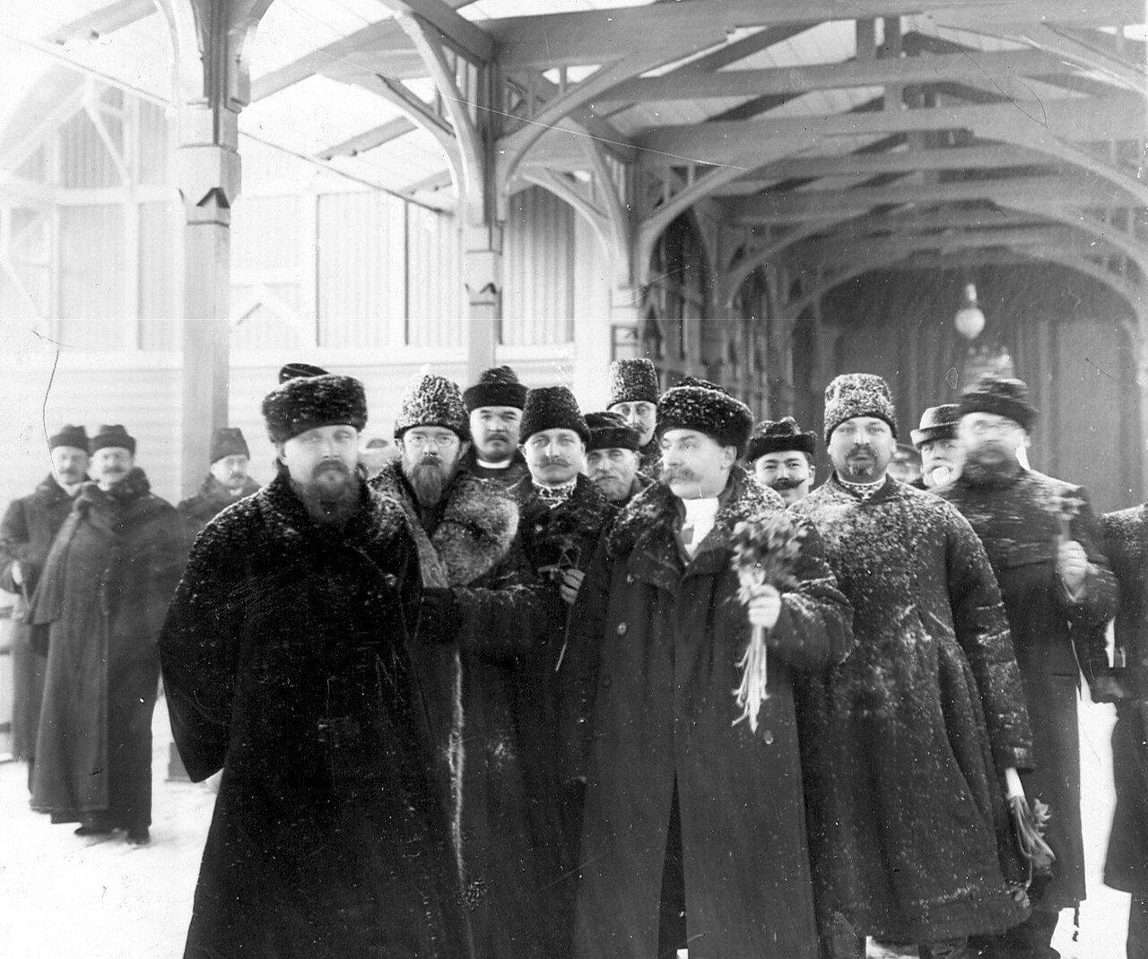 Группа депутатов Третьей Государственной думы на вокзале после поездки в Царское Село на приём к императору Николаю II