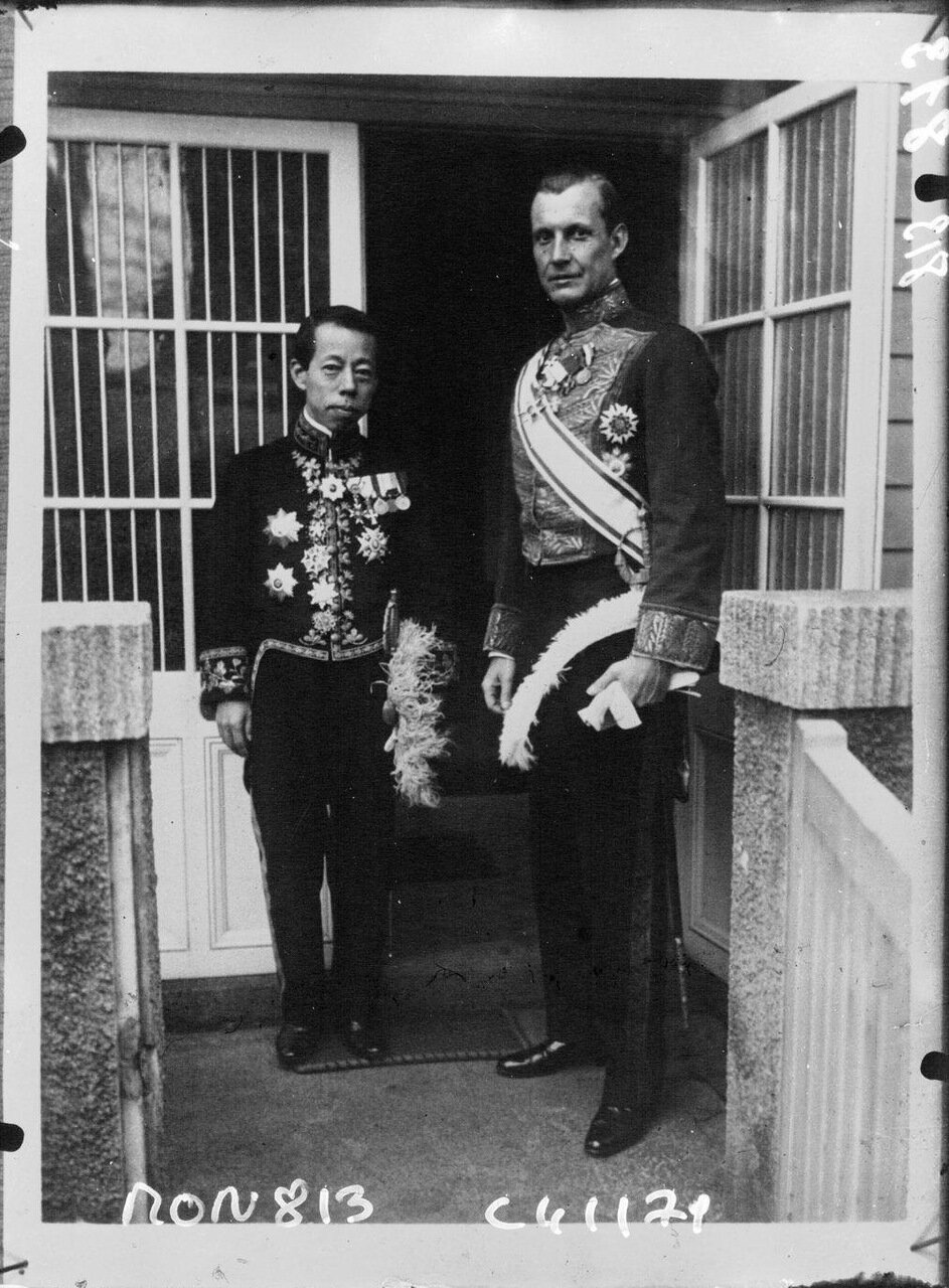 Г-н Кауфман, датский посол в Японии вместе с г-ном Ёсидзава, министром иностранных дел Японии
