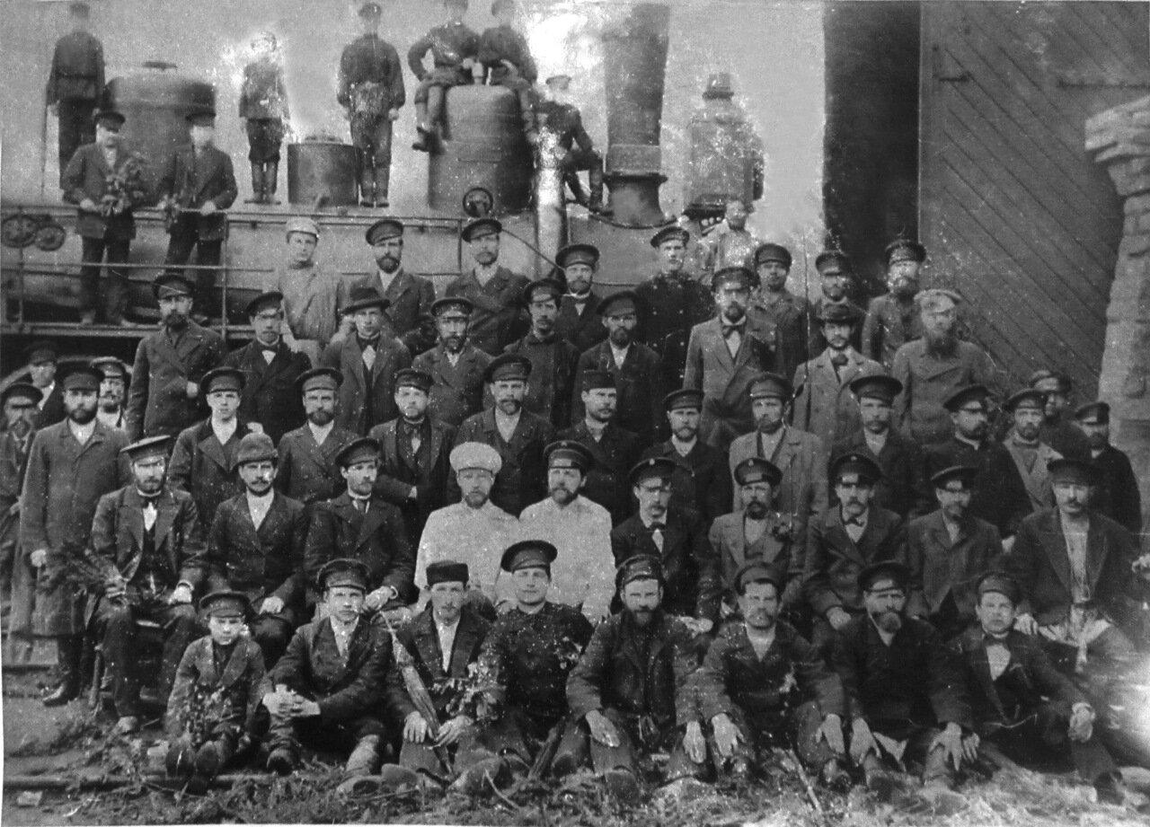 Депо станции Златоуст. В центре первый начальник Герман. 1911 г.