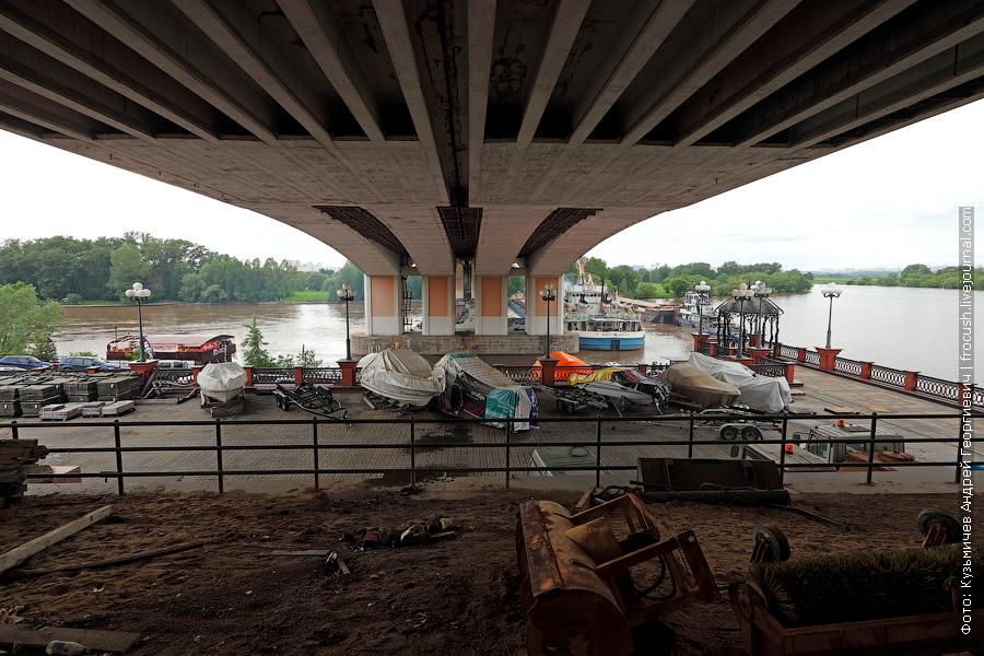 сухогруз Волго-Дон 201 сел на мель у Строгинского моста на Москве-реке
