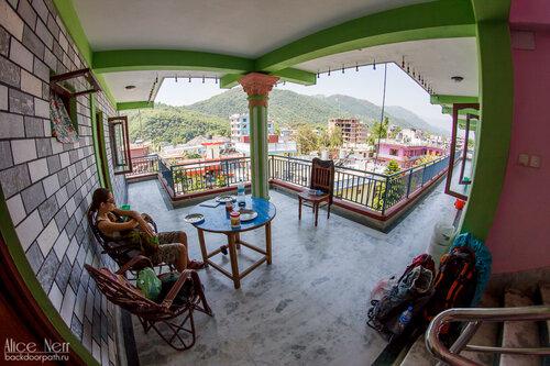 Веранда рядом с номером 119 в Royla Gueshouse, Покхара