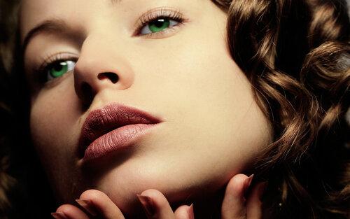 От твоих ярко-зеленых глаз невозможно оторвать взгляд!