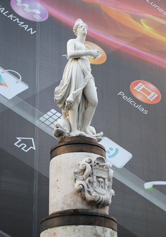 Вечерний Мадрид. Площадь Пуэрта-дель-Соль. Статуя Марибланка