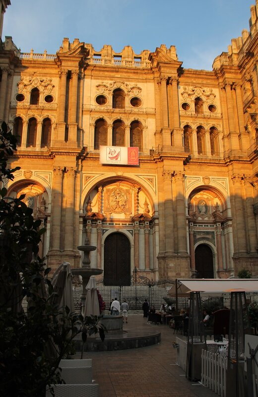 Малага. Кафедральный собор в закатных тонах. Главный фасад
