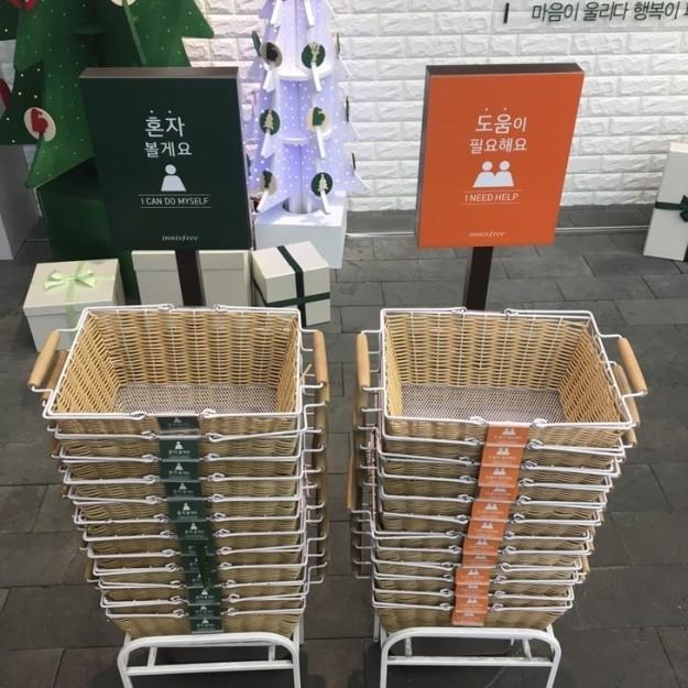Справа — корзинки для тех посетителей универмага, которым нужна помощь продавца, а слева — для тех,