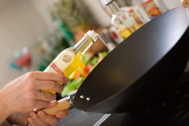 © shalamov/depositphotos  Добавьте немного соли вразогретое насковороде масло, перед тем как